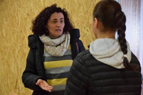 Beatriz Miguel conversando con una alumna durante el proyecto 'Quiero ser ingeniera'.