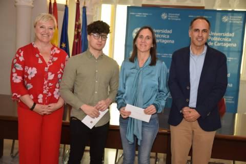 Los ganadores, en el centro, junto al rector y a la responsable de Igualdad, María José Lucas.