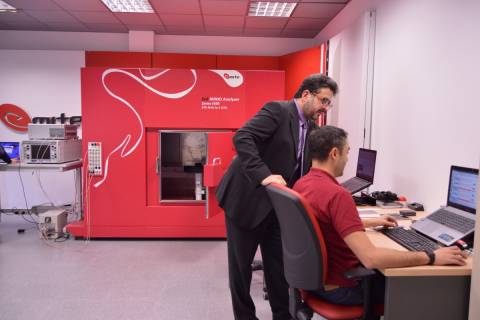 Imagen de archivo del fundador de EMITE, David Sánchez, junto a un empleado de la compañía.