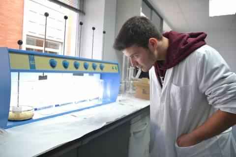 Un alumno del IES Ruiz de Alda realizando un ensayo para cuantificar los microplásticos hallados en playas de la Región.
