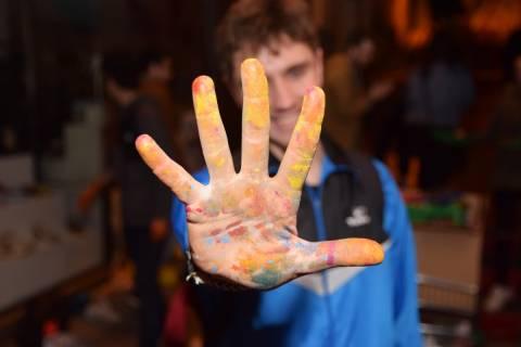 Un alumno de la ETSAE durante una actividad cultural organizada por los estudiantes.