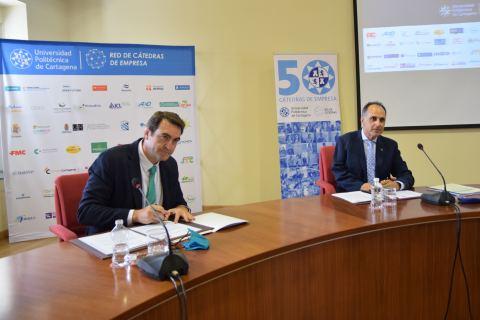El CEO de Auxiliar Conservera, Daniel Ballesta, firmando la cátedra junto al rector, Alejandro Díaz.