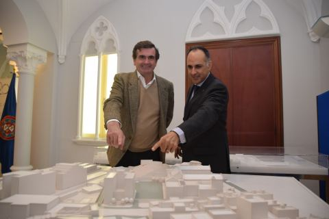El CEO de Micampus y el rector de la UPCT, señalando en una maqueta el edificio de la futura residencia.