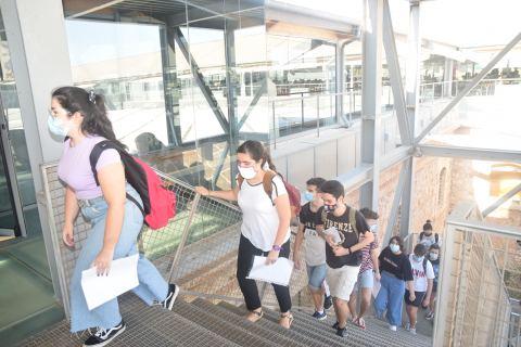 Preuniversitarios accediendo a uno de los espacios de la UPCT en los que se realizó la EBAU de julio.