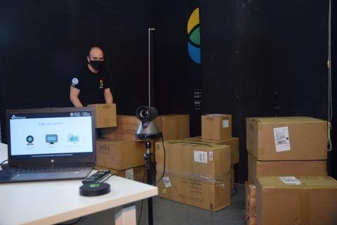 En primer plano, uno de los equipos audiovisuales y un ordenador preparado para retransmitir una clase. Al fondo, Daniel Pérez.