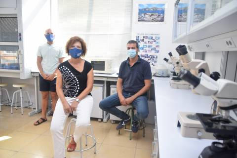 Raúl Zornoza, Josefina Contreras y Francisco Alcón en un laboratorio de la Escuela de Agrónomos.