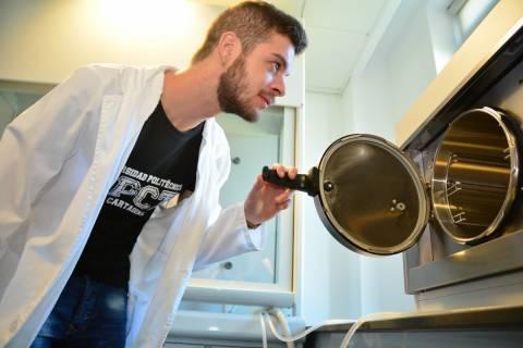 Un alumno en un laboratorio de la UPCT.