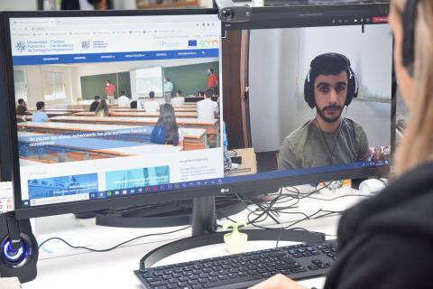 Dos miembros de la comunidad universitaria de la UPCT conversando por videollamada.