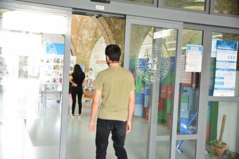 Estudiantes accediendo al CRAI Biblioteca del Campus de la Muralla.