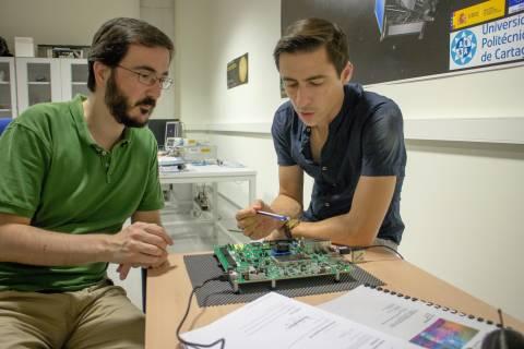 Jaime Gómez y Rafael Toledo trabajando en el proyecto de la misión espacial Euclid.