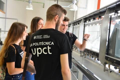 Imagen de archivo de estudiantes en uno de los laboratorios de Hidráulica de la UPCT.