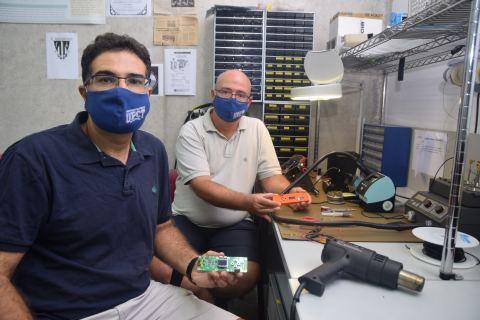 Antonio Javier García y Joan García, mostrando en su laboratorio los componentes del prototipo que desarrollan.