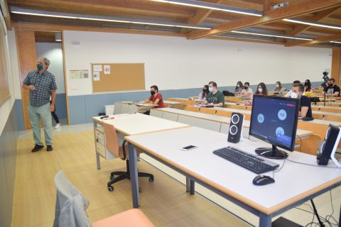 Clase de Estadística del profesor Fernando López, seguida por los alumnos tanto desde el aula como desde casa.