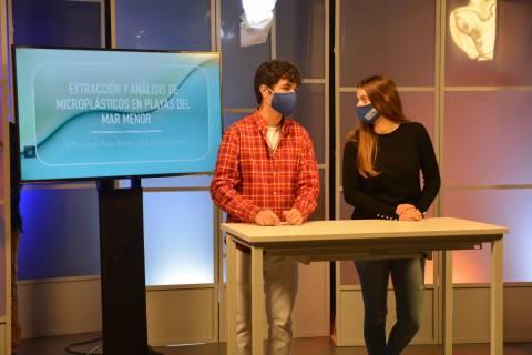 Dos estudiantes grabando en el CPCD su vídeo explicativo para la Noche de los Investigadores.