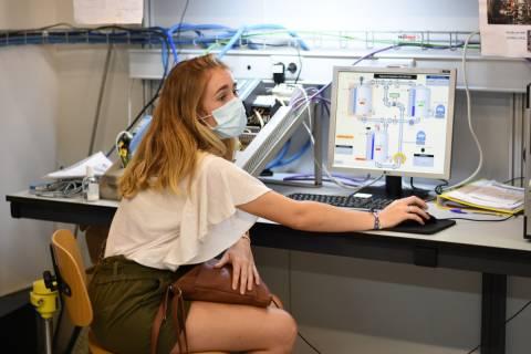Una alumna de la UPCT en un laboratorio de instrumentación industrial.