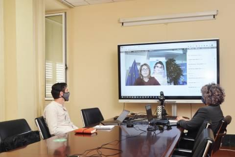 Rafael Toledo, delegado para la EUT en la UPCT, y Beatriz Miguel siguiendo el encuentro virtual desde el Rectorado.