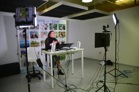 Mila Aniorte impartiendo la videocharla informativa.