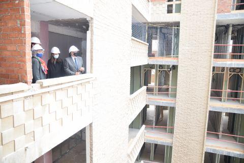 Beatriz Miguel y Alberto Castillo visitando las obras junto a responsables de MiCampus.