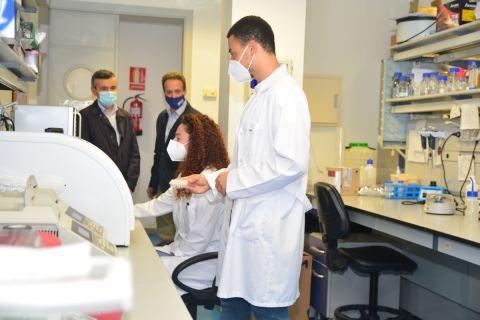 Investigadores en el IBV junto a su director, Marcos Egea, y el director de la Eindoc, Pedro Sánchez Palma.