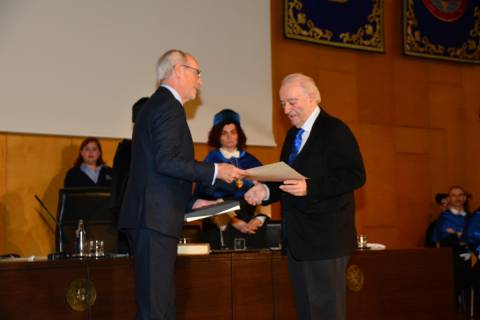 Eugenio Galdón, presidente del Consejo Social, entregando el premio a Navantia de la última edición.