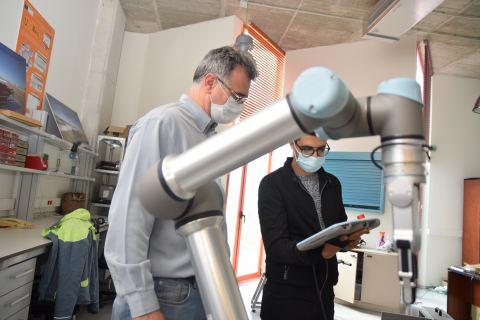 En primer término, el robot colaborativo que la Escuela de Industriales ha adquirido para la docencia del máster en Industria 4.0