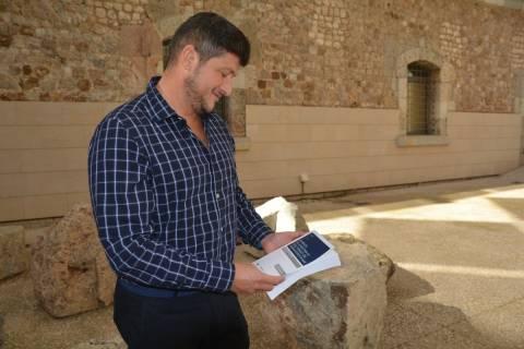 Djamil Kahale revisando el libro recién publicado en el patio de la Facultad de Ciencias de la Empresa de la UPCT.