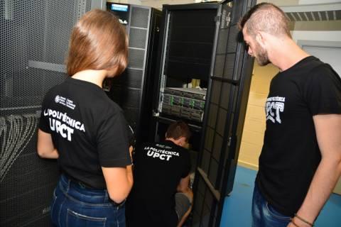 Estudiantes de la UPCT con equipos de supercomputación del edificio I+D+i.