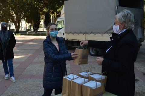 María José Lucas entregando a una alumna una de las gafas.