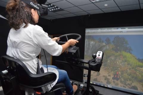 Lola Ojados a bordo del simulador de conducción de tractores desarrollado para prevenir accidentes.