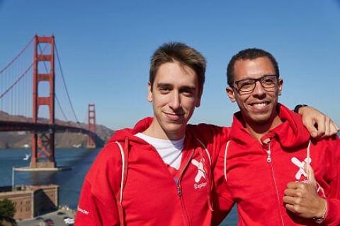 Karim Belhaki, a la derecha de la foto, durante su estancia en California tras ganar el programa Explorer UPCT.