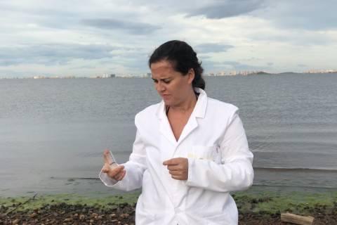 La estudiante, analizando la presencia de nitratos en las aguas del Mar Menor.