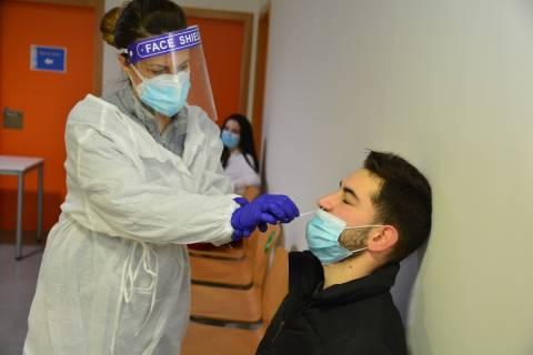 Ana Belén Rodríguez realiza un test de antígenos al alumno de Ingeniería Eléctrica Gabriel Jesús Guerrero.