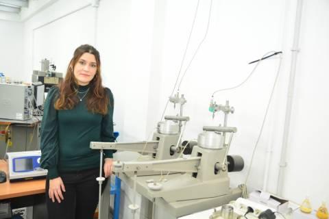 Encarni Martínez en el laboratorio de Geotecnia de la UPCT.
