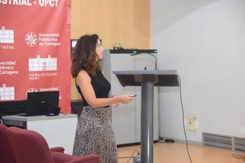 María del Pilar Hidalgo exponiendo la tesis que realizó en Cementos La Cruz, donde ahora es directora de Innovación.