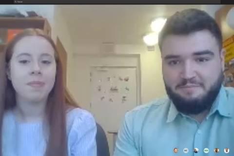 Los actuales estudiantes en movilidad Erasmus Pedro Martínez y María Dolores Moreno, participando en una charla telemática desde Polonia.