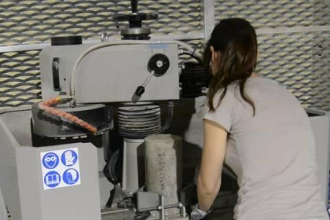 Ensayos con una pulidora de hormigón en el Laboratorio de Edificación.