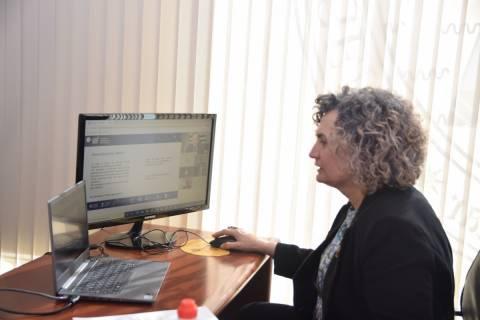 Beatriz Miguel participando en el órgano de gobierno de EUT desde su despacho en el Rectorado.