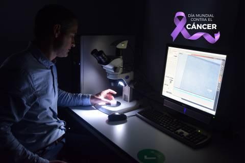Javier Prior observando el diamante en una lupa de microscopio.