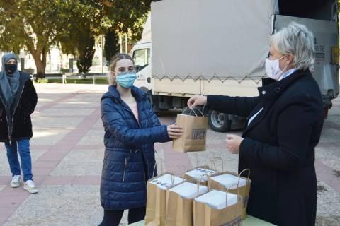 Imagen de un reparto de este tipo de gafas en noviembre, con motivo del Día para la Eliminación de la Violencia contra la Mujer.