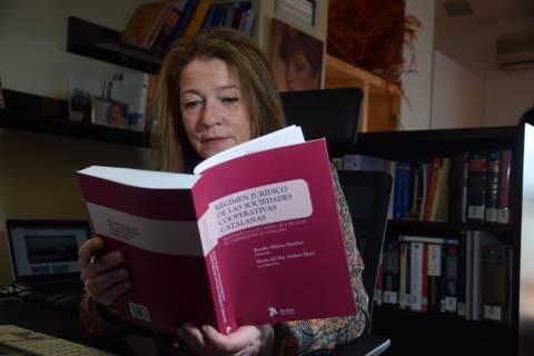María del Mar Andreu revisando el libro que ha coordinado.