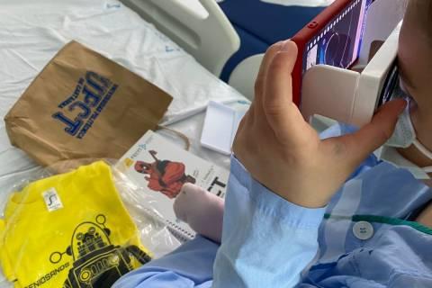 Una joven paciente del Santa Lucía, utilizando las gafas de visión 3D y 360. Foto cedida por el hospital.
