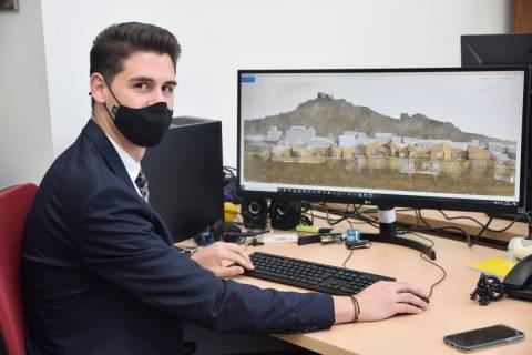 Francisco Aparicio junto a una imagen de su proyecto.