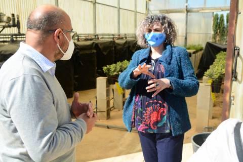 La rectora charlando con el director del IMIDA junto a un invernadero.