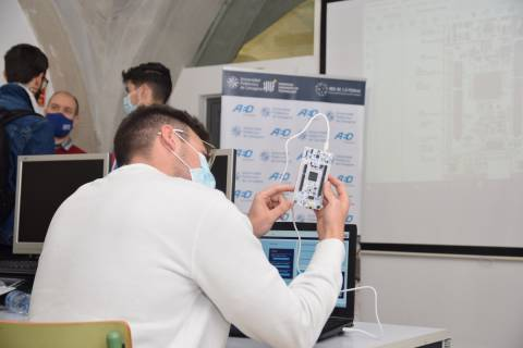 Un alumno en un curso organizado por la cátedra de AED.