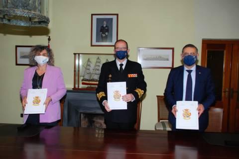 Los rectores de la UPCT y la UMU, junto al almirante del Arsenal, firmando la cesión del edificio.