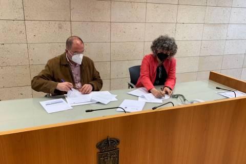 El alcalde de Totana y la rectora de la UPCT, firmando el convenio. Foto del Ayuntamiento de Totana.