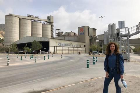 Pilar Hidalgo en la fábrica de Cementos la Cruz.