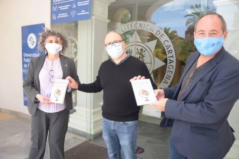 Juan Medina entregando, ayer, dos ejemplares de su libro a la rectora, Beatriz Miguel, y al vicerrector Luis Javier Lozano.