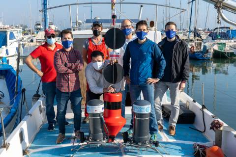 Los investigadores participantes en el proyecto, durante la jornada en la que instalaron la boya experimental.