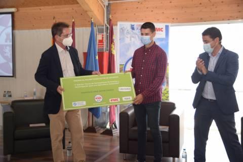 Representantes de Bonduelle y de FMC entregan el premio al agrónomo Francisco José Jódar.